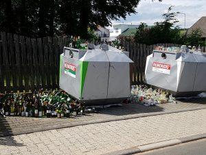 Glasflaschen um und auf Altglascontainern